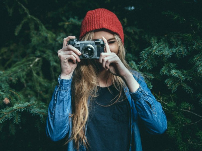 young-woman-in-red-knit-hat-photographingdestaaque